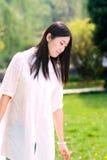 Ein Mädchen im Park Stockbild