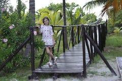 Ein Mädchen im romantischen Kleid lizenzfreies stockbild