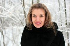Ein Mädchen im Winter Stockbilder