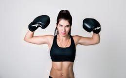 Ein Mädchen ist in den Boxhandschuhen Stockfoto