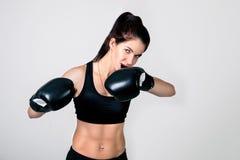 Ein Mädchen ist in den Boxhandschuhen Lizenzfreies Stockbild