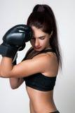 Ein Mädchen ist in den Boxhandschuhen Lizenzfreie Stockbilder