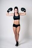 Ein Mädchen ist in den Boxhandschuhen Stockfotografie