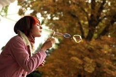 Ein Mädchen ist in einem Herbstpark Lizenzfreie Stockfotografie