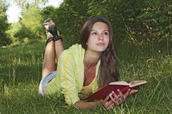 Ein Mädchen liest ein Buch Stockfotos