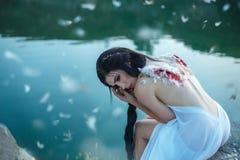 Ein Mädchen mit auseinandergerissen beflügelt Stockfotos