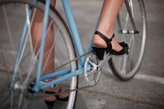 Ein Mädchen mit blauem Fahrrad stockbilder