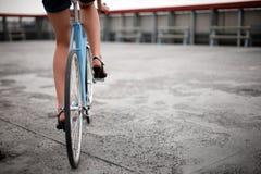 Ein Mädchen mit blauem Fahrrad Stockfoto