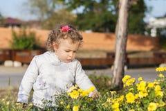 Ein Mädchen mit Blumen im Park Lizenzfreie Stockfotografie