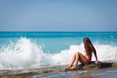 Ein Mädchen mit dem langen Haar sitzt Lizenzfreie Stockfotos