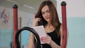 Ein Mädchen mit der Tablette stock video footage
