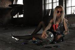 Ein Mädchen mit Discoball an verlassenem Haus Lizenzfreie Stockfotografie
