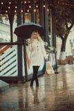 Ein Mädchen mit eco natürlichem weißem Segeltuch totebag stockfoto