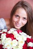 Ein Mädchen mit einem Blumenstrauß der Rosen. Lizenzfreies Stockbild