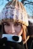 Ein Mädchen mit einem Cup lizenzfreie stockfotos
