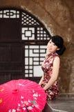 Ein Mädchen mit einem Regenschirm Lizenzfreie Stockfotos