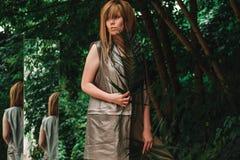 Ein Mädchen mit einem reizend Blick im Wald Lizenzfreie Stockfotografie