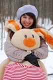 Ein Mädchen mit einem Spielzeug Stockbilder