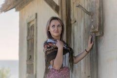 Ein Mädchen mit einem Taschentuch Stockbilder