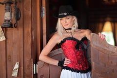 Ein Mädchen mit einem wilden Westen Lizenzfreie Stockfotos