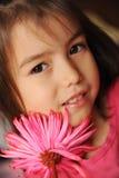 Ein Mädchen mit einer Blume Stockfoto