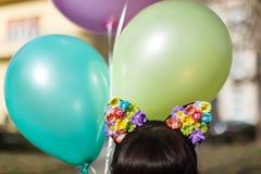 Ein Mädchen mit einer Blumenhaarspange Lizenzfreie Stockfotografie