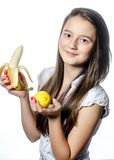 Ein Mädchen mit Frucht stockbilder