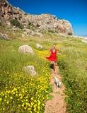 Ein Mädchen mit ihrem Hund auf einem Sommerpfad, Zypern Lizenzfreies Stockfoto