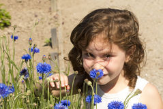 Ein Mädchen mit ihren Blumen Stockbilder