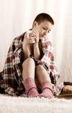 Ein Mädchen mit trinkendem Tee des kurzen Haarschnitts Stockfotos
