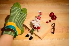 Ein Mädchen mit Weihnachtsverzierungen und einem unscharfen Buch lizenzfreie stockbilder