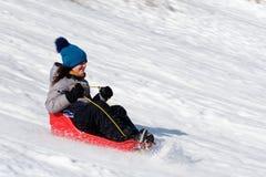 Ein Mädchen mit zehn Jährigen auf ihrem Schlitten in Quebec Kanada stockfoto