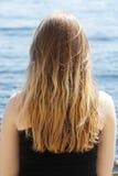 Ein Mädchen nahe dem Wasser stockfoto