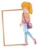 Ein Mädchen neben einem gestalteten Schild mit einem purpurroten slingbag Lizenzfreies Stockfoto