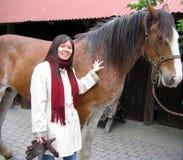 Ein Mädchen oder eine Frau mit einem Pferd Lizenzfreies Stockfoto