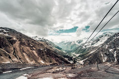 Ein Mädchen reitet eine Sesselbahn in den Bergen der Elbrus-Region Lizenzfreie Stockbilder