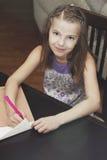 Ein Mädchen schreibt einen Brief Stockfotografie