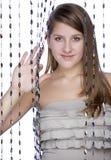 Ein Mädchen späht heraus vom Vorhang Lizenzfreie Stockbilder