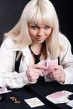 Ein Mädchen spielt in einem Kasino Lizenzfreie Stockfotos