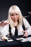 Ein Mädchen spielt in einem Kasino Stockbild