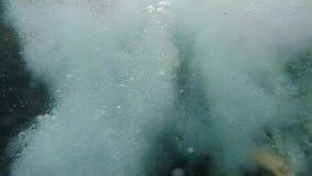 Ein Mädchen springt von einer Klippe in das Meer Langsame Bewegung stock video footage