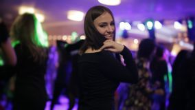 Ein Mädchen tanzt in einen Nachtklub stock video