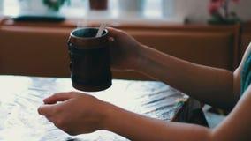 Ein Mädchen trinkt einen Morgen, der dämpfend ist stock video footage