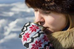 Trinkender Tee vom Thermos an einem Wintertag Stockfotos