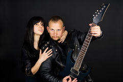 Ein Mädchen und ein Kerl mit einer Gitarre Lizenzfreie Stockfotografie