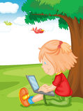 Ein Mädchen und ein Laptop Stockbild