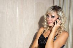 Ein Mädchen und ein Telefon. Stockfotografie