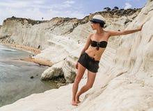 Ein Mädchen und eine Steigung der weißen Klippe nannten ` Scala-dei Turchi-` in Sizilien Stockfotos