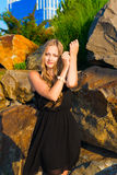 Ein Mädchen und großen Steine Stockfotografie