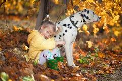 Ein Mädchen und ihr Hund im Weinberg Lizenzfreie Stockfotografie